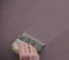 lavorando il prodotto ancora fresco con pennellate incrociate, utilizzando il pennello KARMA